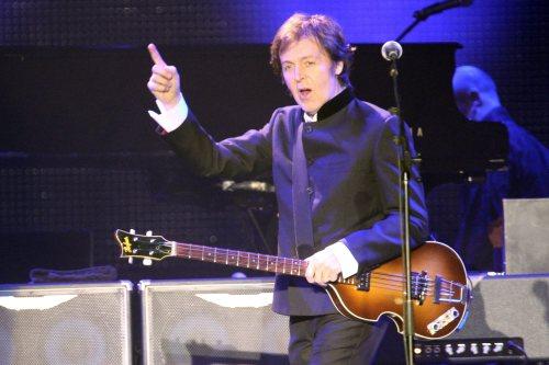 """Podczas nowego tournee Paul McCartney wykonuje m.in.""""O solemio"""" na mandolinie"""