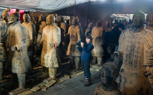 """Wystawa """"Chiński Smok iArmiaTerakotowa Cesarza Qin"""" w łódzkiej Manufakturze"""