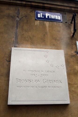Odsłonięto tablicę upamiętniającą Bronisława Geremka