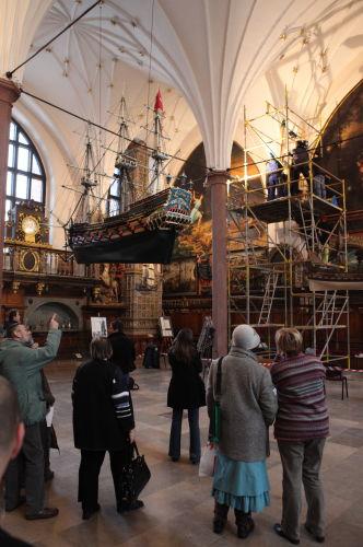 Montaż pierwszej rzeźby z zespołu w gdańskim Dworze Artusa