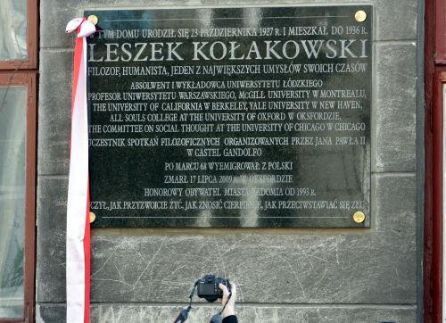Tablica poświęcona prof. Kołakowskiemu została odsłonięta w Radomiu