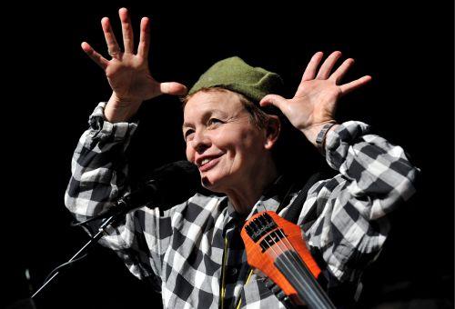 """Amerykańska artystka Laurie Anderson przedstawiła przed gmachem opery w Sydney kompozycję""""Muzyka dla Psów"""""""