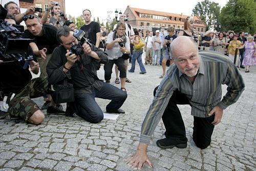 Sześciu muzyków i fotografik mają odciski dłoni na Promenadzie Gwiazd