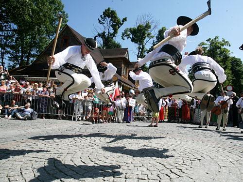 Zakopane: korowód rozpoczął festiwal górali świata