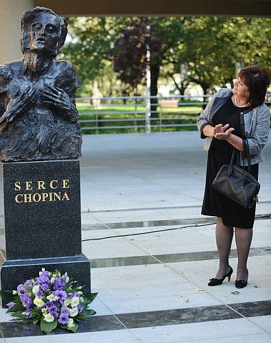 """Pierwsza Dama odsłoniła rzeźbę """"Serce Chopina"""""""