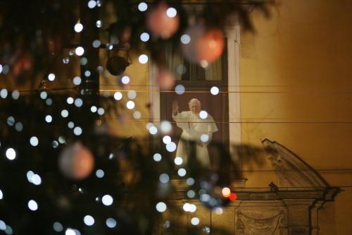 Świąteczna choinka pod Oknem Papieskim w Krakowie