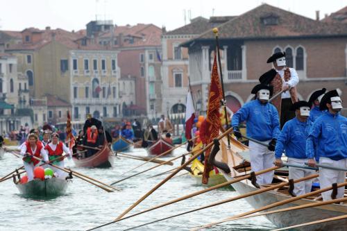 Huczne obchody prologu do karnawału w Wenecji