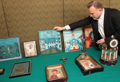 Policja przekazała Fundacji Nowosielskich odzyskane obrazy