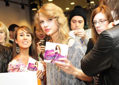 Taylor Swift młodziutka wokalistka zdobyła główną nagrodę Country Music Awards