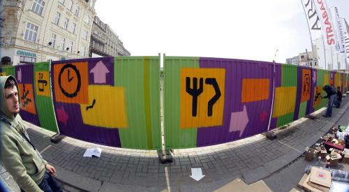 Katowice: graffiti na płocie dworca