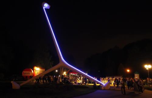 """Iluminacja """"żyrafy"""" na rozpoczęcie sezonu w chorzowskim parku"""