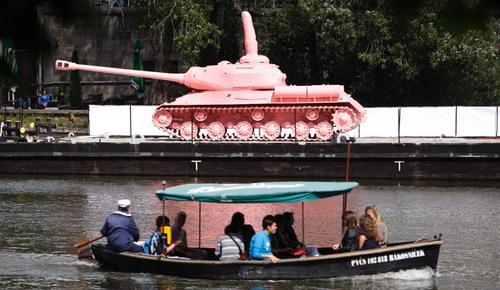 """Do Pragi wrócił słynny """"różowy czołg"""" Davida Czernego"""