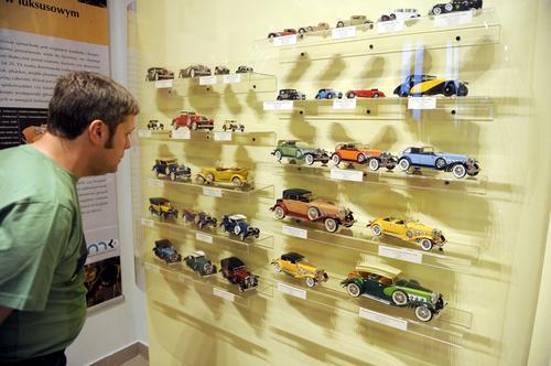 """Kielce: muzealna wystawa miniatur samochodów """"Czar starych aut"""""""