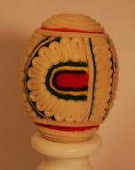 Pisanka oklejana tatarakiem – kurpiowskawydmuszka kurza – wzór półokrągły